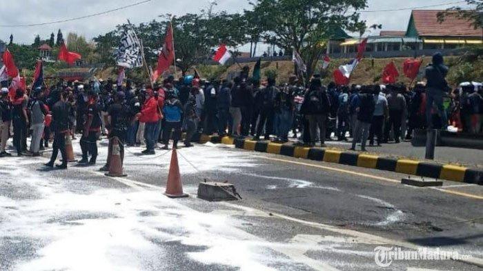 aksi menolak Omnibus Law Undang - undang (UU) Cipta Kerja di pintu masuk Jembatan Suramadu sisi Madura, Selasa (13/10/2020).