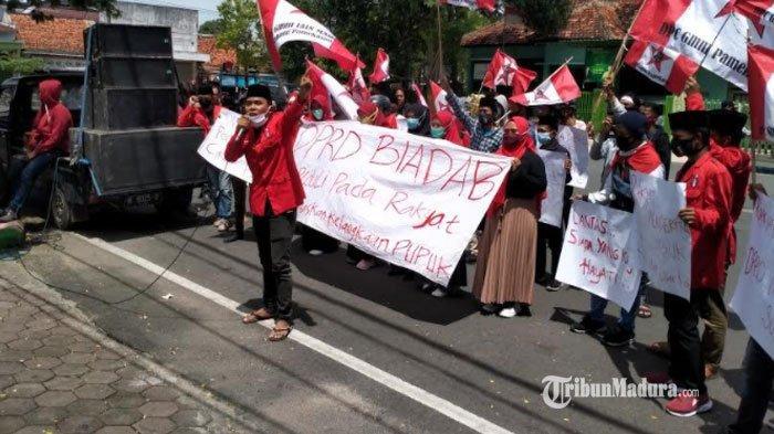 Pupuk di Pamekasan Diduga Langka, Puluhan Aktivis GMNI Demo di Kantor DPRD, Diwarnai Aksi Dorong