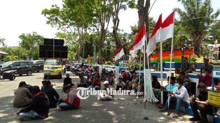 Tak Ditemui Bupati Sampang, Demontran Aksi Tolak Pelaksanaan Pilkades Serentak Nekat akan Menginap