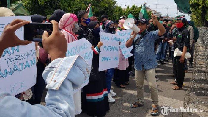 BREAKING NEWS -Ratusan Mahasiswa Demo di Kantor DPRD Sumenep Serukan Penolakan UU Cipta Kerja