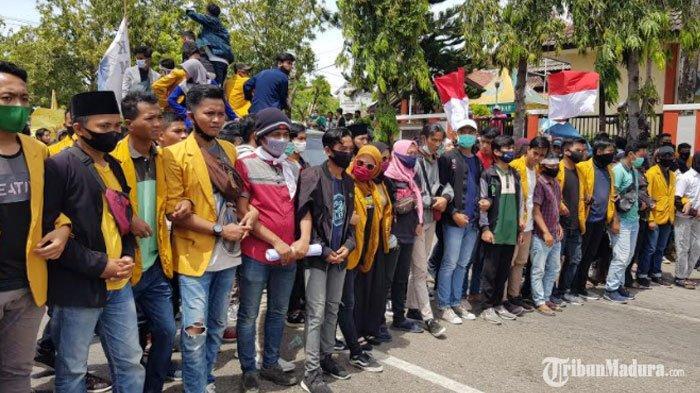 Demo PenolakanUU Cipta Kerja di Sumenep, Gelombang Kedua Aksi Mahasiswa Tiba diDPRD Sumenep
