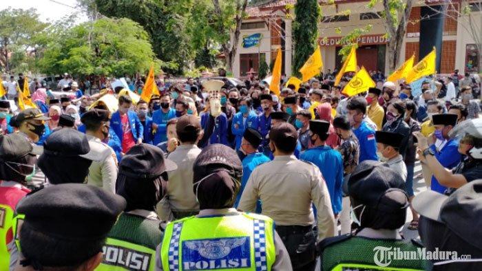 Aksi DemoPMII Pamekasan di Kantor Pemkab Memanas, Massa Menerobos Masuk ke Rumah Dinas Bupati