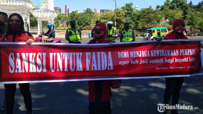 BREAKING NEWS - Puluhan Warga Jember Gelar Demo di Depan Kantor Gubernur Jatim