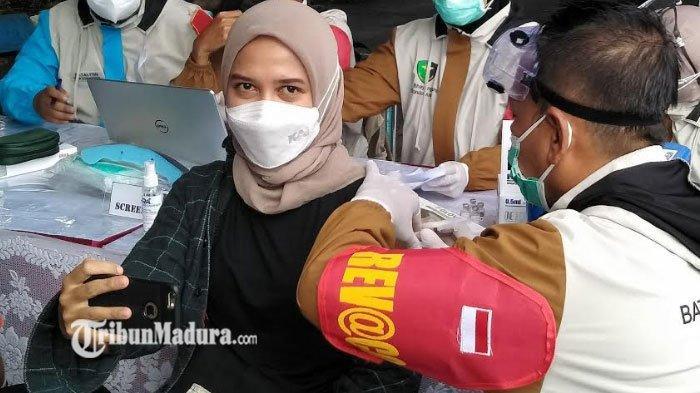 Vaksinasi Gratis Diserbu Masyarakat di halaman Stadion Gelora Bangkalan, Dinkes Beri Arahan