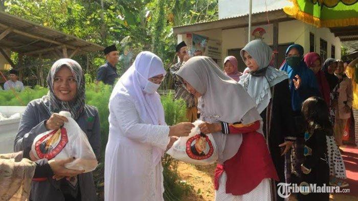 Achmad Fauzi - Dewi Khalifah Bagikan Ratusan Paket Sembako untukWarga Kurang Mampu diManding