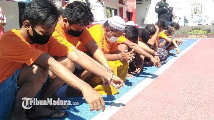 Tanpa Alas Kaki, Para Tersangka Narkoba Menggeliat Kepanasan Saat Konpers di Mapolres Bangkalan