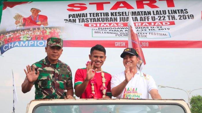 Harumkan Nama Indonesia,Dimas Drajad Diarak Pakai Mobil Jeep Keliling KabupatenGresik