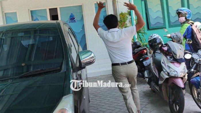 Direktur PDAM Kabupaten Probolinggo, Gandhi berlari Enggan Diwawancara saat Kantornya Digeledah KPK