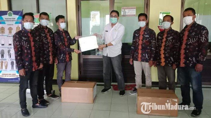 Anggota DPRD Pamekasan Salurkan 30 Baju Hazmat untuk Tenaga Medis di RSUD Dr H Slamet Martodirdjo