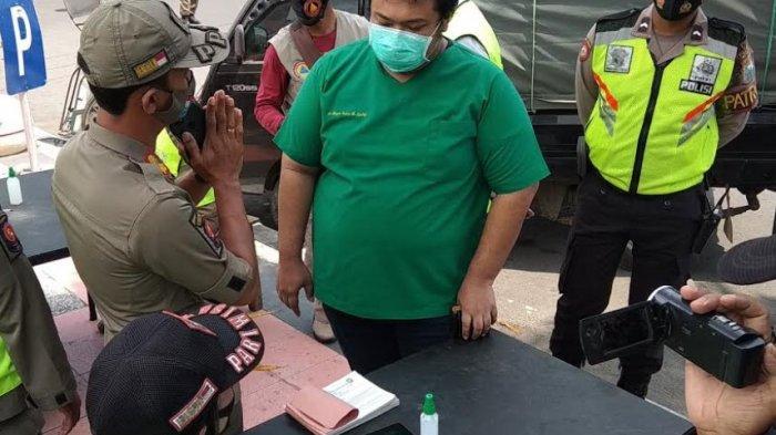 Masih Ada Dokter yang Bandel, Tak Pakai Masker saat Mengemudikan Mobil di Jalan Merdeka Kota Blitar