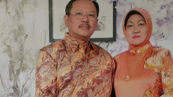 dr Sardjono Utomo (kiri) saat berfoto dengan istrinya (kanan) ketika masih hidup.