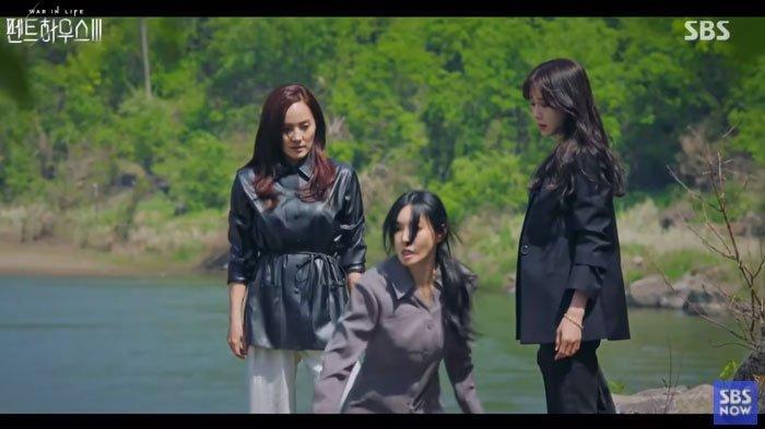 Link Download The Penthouse 3 Sub Indo, Shim Su Ryeon Tendang Cheon Seo Jin ke Air Terjun