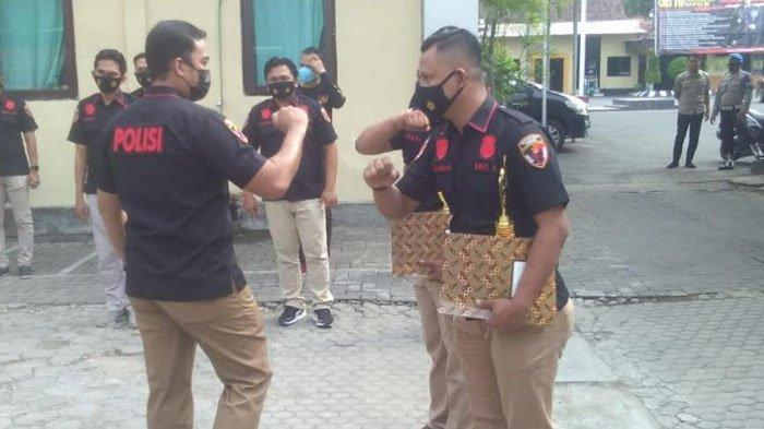 Dinilai Berprestasi, Dua Anggota Satreskrim Polres Pamekasan Dapat Piagam Penghargaan dari Kapolres