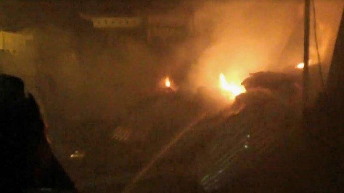 Dua gudang mebel dan dua rumah di Kota Pasuruan habis terbakar dilalap si jago merah.