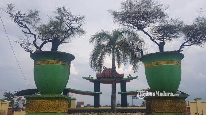 Dua pot cemara yang ditempatkan di Lapangan Giling Desa Pangarangan, Kecamatan Kota, Kabupaten Sumenep, Madura, Rabu (24/2/2021).