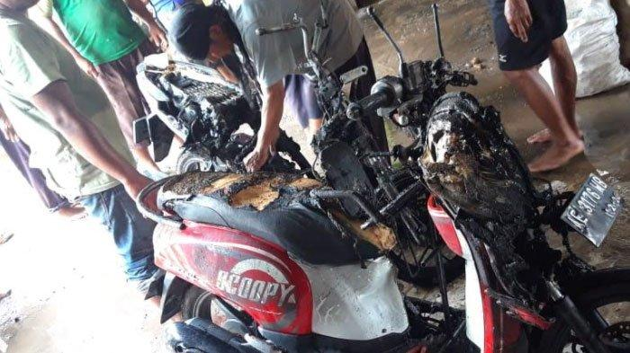 Ditinggal ke Sawah,2 Motorini Mendadak Terbakar saat Diparkir di Rumah, Pemilik Rugi Puluhan Juta