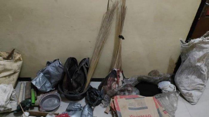 Satreskrim Unit Resmob Polres Sumenep menangkap dua orang warga Kecamatan Dasuk, Kabupaten Sumenep yang kedapatan menyimpan bahan peledak, Senin (22/3/2021) pukul 16.00 WIB.