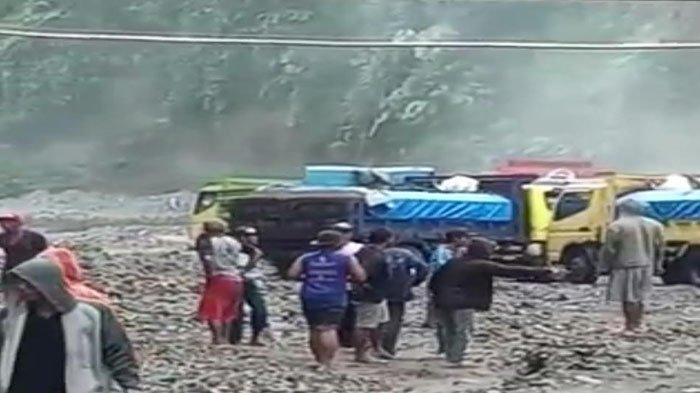 Banjir Lahar Hujan di Sungai Ngobo Kediri, Puluhan Penambang Pasir & Dump Truk Terjebak di Sana
