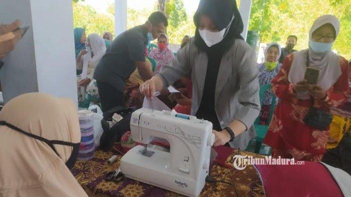 Warga Desa Ellak Laok Kabupaten Sumenep Dapat Pelatihan Membuat Sarung Bantal Sofa dari Kain Perca