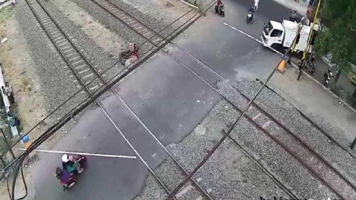 VIRAL di Facebook (FB), Kereta Mau Lewat Emak-emak di Bojonegoro Nekat Tabrak Palang Pintu Rel KA