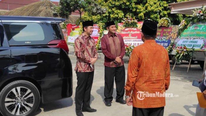 Wakil Gubernur Jawa Timur Emil Dardak saat menghadiri resepsi pernikahan Ustaz Abdul Somad dan istri di Universitas Darussalam Gontor, Ponorogo, Kamis (20/5/2021).