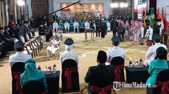 Enam pasangan kepala daerah terpilih hasil Pilkada serentak 2020 dilantik oleh Gubernur Jawa Timur Khofifah Indar Parawansa di Gedung Negara Grahadi Jumat (25/2/2021) pagi.