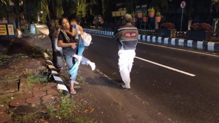 Buat Warga Iba, Ibu dan Anak yang Masih Balita Tidur di Emperan Toko Kota Kediri, Begini Kondisinya