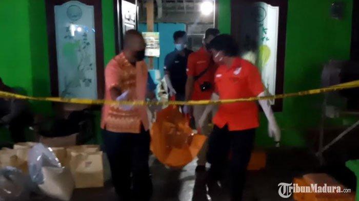 Evakuasi jenazah Nikmatur Rohmah (45) dari rumahnya di Desa Suruhan Lor, Kecamatan Bandung, Jumat (20/11/2020)