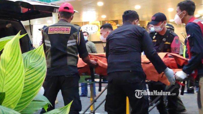 Evakuasi jenazah pria yang jatuh dari lantai II Tunjungan Plaza Mall Kota Surabaya, Senin (8/3/2021)
