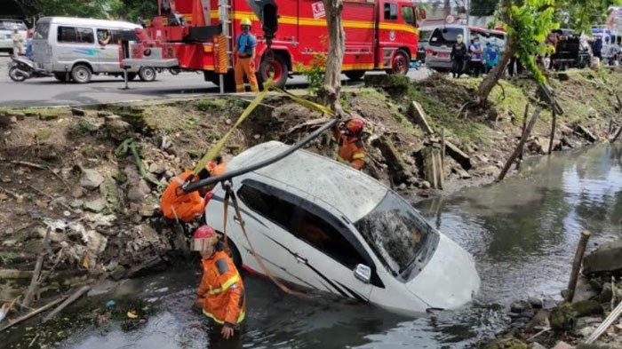 Pengemudi Mobil Main HP saat Berkendara, Toyota Agya Terjun ke Sungai Jalan Jemursari Surabaya