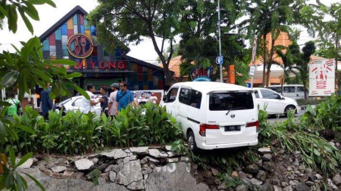 Tak Ada yang Mengendarai, Mobil Nissan Tiba-Tiba Mundur hingga Terperosok ke Sungai Wiyung Surabaya
