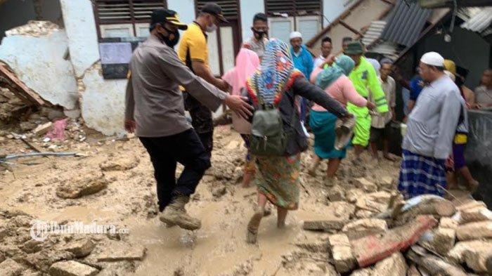 Kapolres Pamekasan, AKBP Apip Ginanjar saat membantu mengevakuasi santriwati lainnya untuk diungsikan ke tempat yang lebih aman di Dusun Jepun, Desa Bindang, Kecamatan Pasean, Kabupaten Pamekasan, Madura, Rabu (24/2/2021).