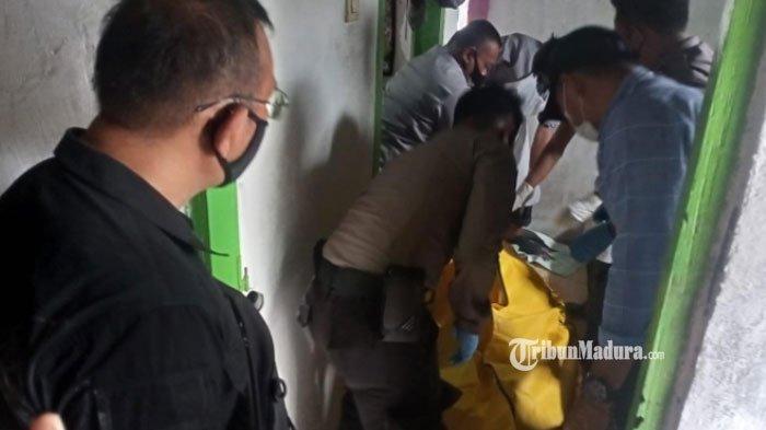 Evakuasi Sumarno (61), warga Desa Kebonsari, Kecamatan Sumbersuko, Kabupaten Lumajang, Selasa (23/2/2021) siang.