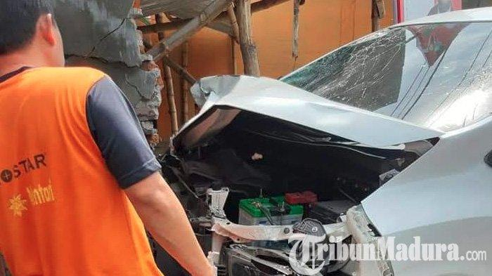 BREAKING NEWS - Xpander Tabrak Empat Motor di Sidoarjo, Seorang Guru Olahraga Tewas