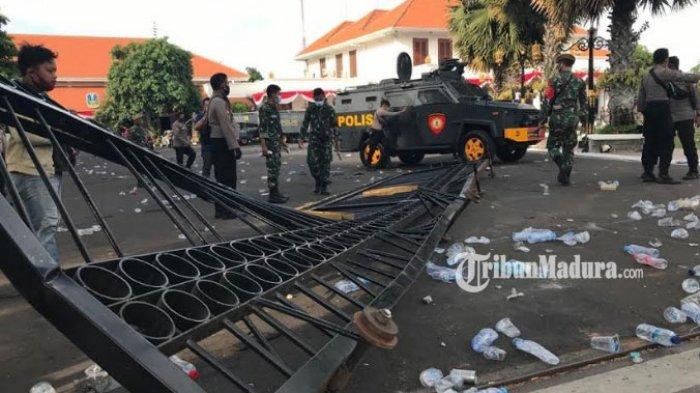 Demo Ricuh, Pagar Barat dan Timur Gedung Grahadi Dijebol Massa, Polisi Terus Tembakkan Gas Air Mata