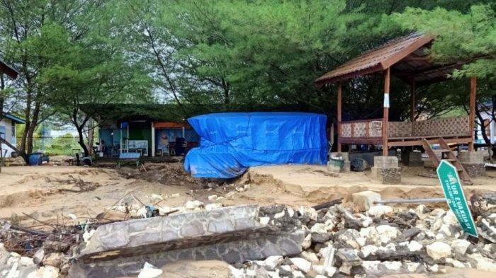 Fasilitas wisata di Pantai Lon Malang Kabupaten Sampang, Madura rusak berat akibat terjangan hujan deras dan angin kencang, Kamis (25/2/2021).