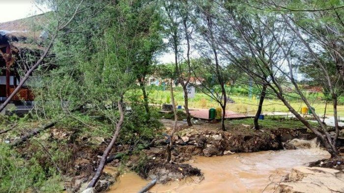 Gelombang Tinggi dan Angin Kencang Menerjang Sampang, Pantai Lon Malang Ditutup Sementara Waktu