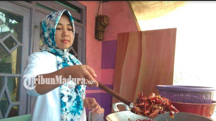 Belalang Goreng Olahan Fatmawati Asli Mojokerto Tembus Pasar Luar Jawa, Rasa Pedas Jadi Idola