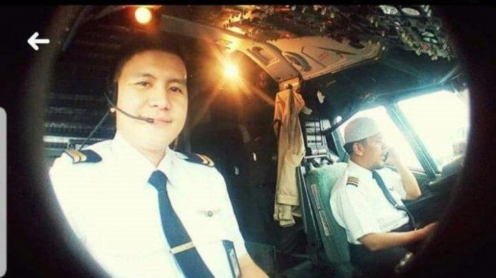 Flight Officer Diego Mamahit (kiri) bersama Captain Afwan (kanan), pilot pesawat Sriwijaya Air SJY 182 yang jatuh di perairan Kepulauan Seribu, Sabtu (9/1/2021).
