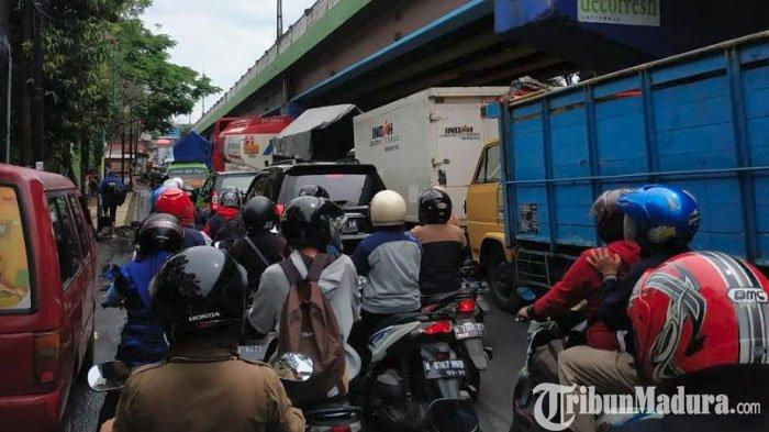 Arus Lalu Lintas Arah Malang - Surabaya Macet, Imbas dari Pengalihan Arus di Simpang Karanglo