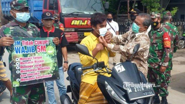 Forkopimcam Omben Bagikan Masker Gratis dan Imbauan Disiplin Prokes di Pasar Polowijo Sampang