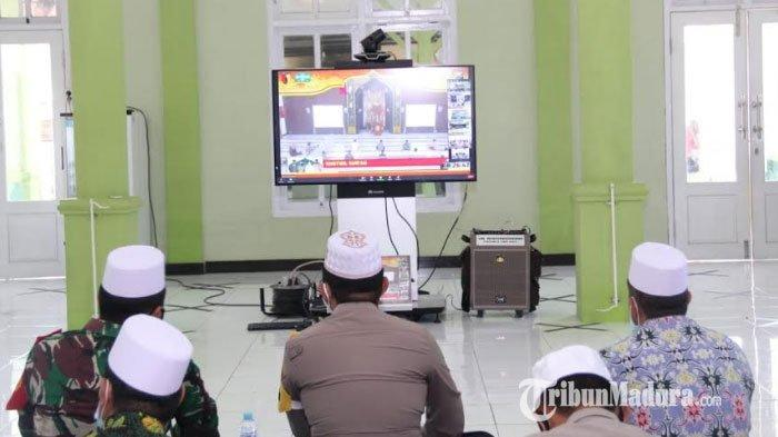 Suasana Forum Koordinasi Pimpinan Daerah (Forkopimda) Kabupaten Sampang, Madura saat mengikuti Khotmil Qur'an Virtual dengan Forkopimda Provinsi Jawa Timur dari Masjid Ar-Rasyid Polres Sampang, Kamis (19/11/2020).