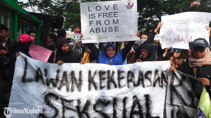 10 TuntutanAliansi Masyarakat Menolak Kekerasan Seksual saat Demo di Kantor Dindik Kota Malang