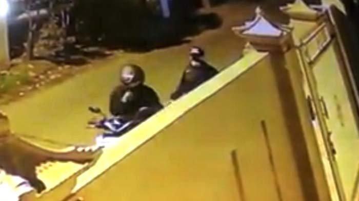Masuk Pintu Gerbang Rumah Kos di Mojokerto, Kawanan Pencuri Gondol Motor Honda Beat, Terekam CCTV
