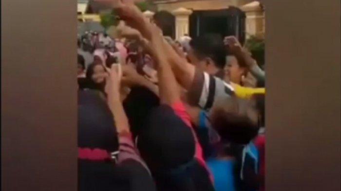 Viral Video Kades Kepuh Bagi-Bagi Uang ke Warga Tulungagung, Endingnya Malah Kena Denda Rp 500 Ribu