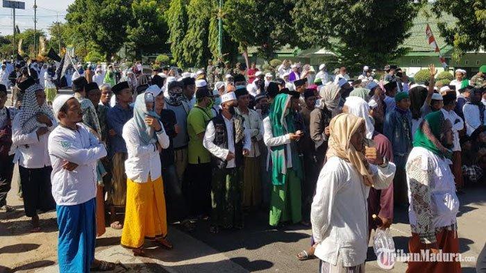BREAKING NEWS -Ribuan Massa FPI Gelar Demo di Depan Kantor DPRD SumenepTolak RUU HIP