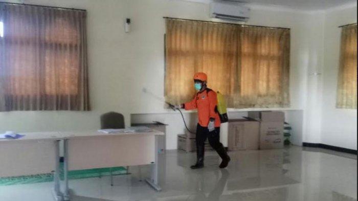 Putus Mata Rantai Covid-19, Gedung dan Ruangan Kampus IAIN Madura Disemprot Disinfektan