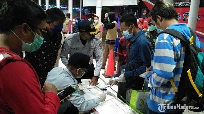 Malaysia Lockdown Karena Virus Corona,Puluhan TKI Ramai-Ramai Mudik ke Pulau Madura Pakai Bus