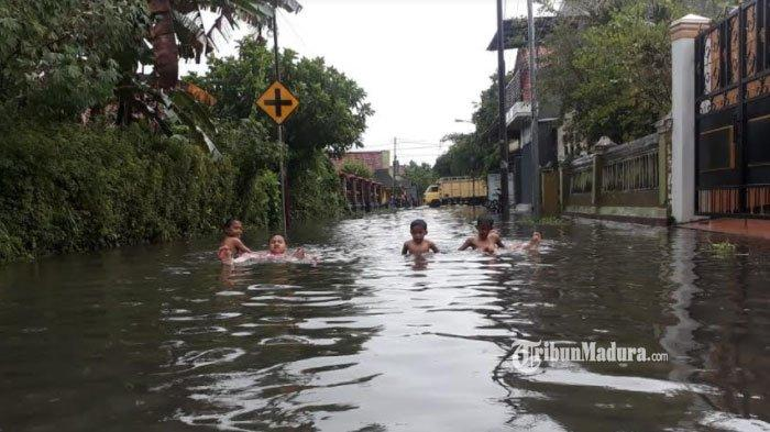 Bangkalan Diguyur Hujan Lebat, Jalanan Kota Jadi 'Kolam Renang' Dadakan, Warga Sudah Tak Kaget Lagi