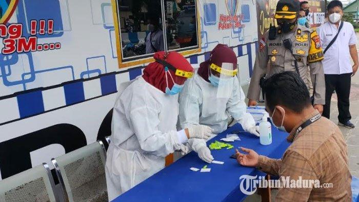 Gerai masker gratis yang disediakan oleh Polres Sumenep di depan Masjid Agung Sumenep, Jumat (5/2/2021).
